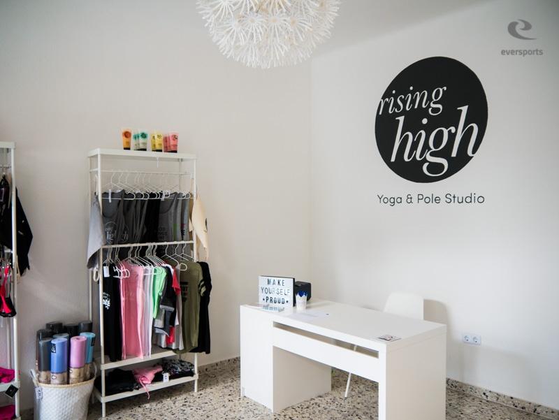 Das Rising High bietet neben seinen Kursen auch einen kleinen Shop mit Yogakleidung und anderen Waren an.